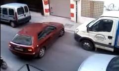 渋滞の原因になっても我が道を行っちゃう女性ドライバーの動画