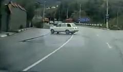 おぉ!見事なテクニックで路肩に駐車しちゃう動画