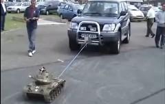 ラジコン戦車がトヨタ ランドクルーザープラドを引っ張っちゃう動画