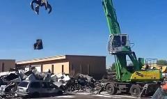 ミニバンの上に巨大な重りを落としてみた動画