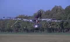 浮いた!電動RCマルチコプターに人間を乗せて空中に浮かせてみた動画