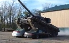 戦車でクルマ2台を踏みつぶしてみた動画