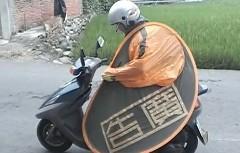 これイイ!雨の日も安心なスクーター専用折りたたみカッパの動画
