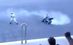 あわわわわ!スタントに失敗したバイクがクラッシュしちゃう動画