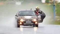 260km/hで走行している車から飛び降りちゃう動画