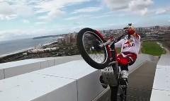 巨大スタジアムのアーチの上をバイクで走っちゃう動画