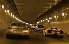でこぼこトンネルで爆走するランボルギーニ ムルシエラゴと日産 GT-R の動画
