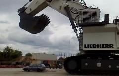 巨大パワーショベルで洗車してみた動画