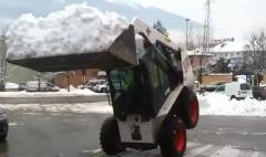 雪でバランスをとっちゃう小型ドーザーの動画