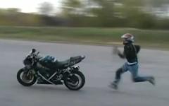 バイクの上で後転しちゃうスタントを練習中の動画