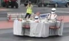 ダイニングテーブルをドラッグレース仕様にしちゃった面白動画