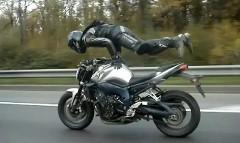すご!公道を走ってるバイクの上で逆立ち乗りしちゃう動画