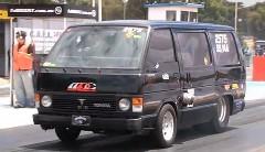 トヨタ ハイエースにV8 ターボを積んだドラッグカーの動画