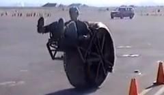 変わった乗り方をする一輪自動車の動画