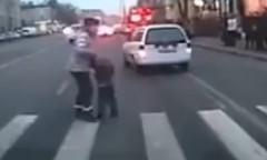 母ちゃんグッジョブ!暴走車から子供を守った動画