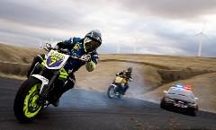 超カッコイイ!!バイク vs パトカー 迫力のドリフトバトル動画