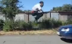 車をジャンプして飛び越えるスタントに見事に失敗しちゃう動画