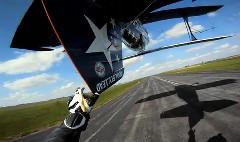 すごっ!バイクに乗りながら背面飛行する飛行機の垂直尾翼にさわっちゃう動画
