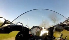 BMW S1000RR が170km/hでウイリーしてクラッシュしちゃう動画