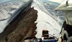 これは怖い!雪が残る山の尾根をバイクで走ってみた動画