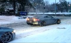 日産 GT-R、アウディ R8 vs 雪の坂道動画