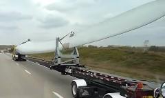 なげー!!風力発電用のブレードを運搬してる動画