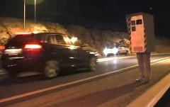 速度取り締まり装置のコスプレをして走ってる車をストロボ撮影してみた面白動画