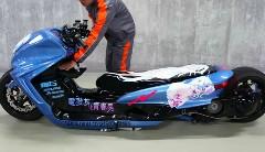 ヤマハのビッグスクーターをロンホイエアサス痛車仕様にしちゃった動画