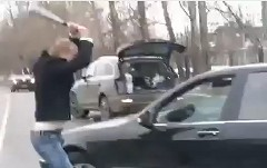 一体何があった?ドライバー同士の喧嘩がバイオレンスな動画