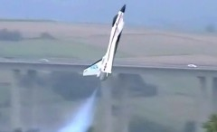 すごっ!ジェットエンジンを積んだラジコン飛行機が垂直ホバリングしちゃう動画