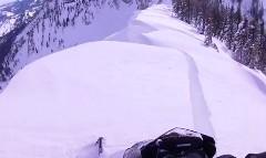 あっぶねー!スノーモービルで雪山に登ったら山頂が崩れてマジヤバかった動画