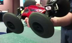 ラジコンのタイヤが遠心力ででっかくなっちゃう動画