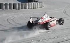 雪積もるニュルブルクリンクでフォーミュラマシンを走らせてみた動画