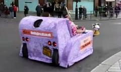 自動車に改造したソファが公道を走っちゃう動画