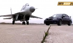 スバル WRX STI と Mig-35 ジェット戦闘機が競演しちゃう動画