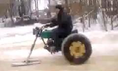 なんだこれwwwスノーモービルのような変な乗り物が走ってる動画