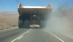でかすぎて対向車涙目www超巨大ダンプカーが公道を走ってる動画
