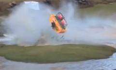 水上サーキットを爆走するスーパーボートがクラッシュしちゃう動画