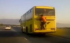 ええええ!?高速走行中のバスの後ろにしがみついてる男の動画