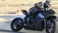 超カッコイイ!ヤマハ R1 が魅せるド迫力の2輪ドリフト動画