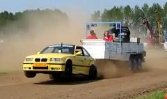 違和感ありまくり!BMW M3 がトラクターのドラッグレースに出走しちゃう動画