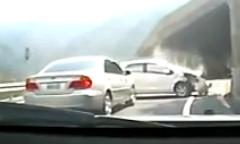 猛スピードで追い抜いていった車が目の前でクラッシュしちゃう動画