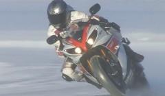 かっけー!2輪 vs 4輪 雪のサーキットを爆走しちゃう動画 ヤマハ YZF-R1、WR450F、ポルシェ 997 GT3 RS、三菱 ランエボ9