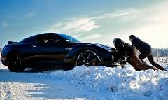 日産 GT-R が雪道でスタックして四苦八苦しちゃう動画