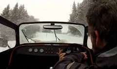 ケーターハム スーパーセブンで雪の山道をドライブしてみたっていう動画