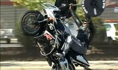 バイクに乗ってウイリーしながらベンチプレスしちゃう動画