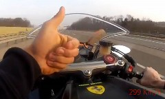 素手でカワサキ ニンジャ ZX-10R に乗ってアウトバーンを 299km/h で爆走しちゃう動画