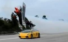 すげー!超低空飛行のスタント飛行機とランボルギーニ ガヤルドが並走しちゃう動画
