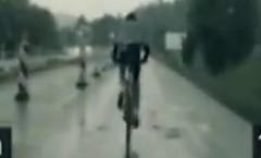 はえー!高速道路をハイスピードで走る自転車をパトカーが追いかけてる動画