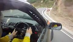 日産 スカイラインがニュージーランドの峠をドリフトしちゃう動画